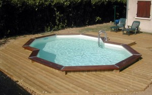 Construction d 39 une piscine en bois en harmonie avec la maison - Prix piscine en bois semi enterree ...